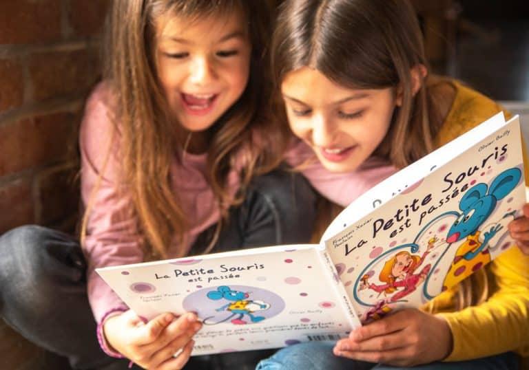 Deux petites filles qui lisent un livre