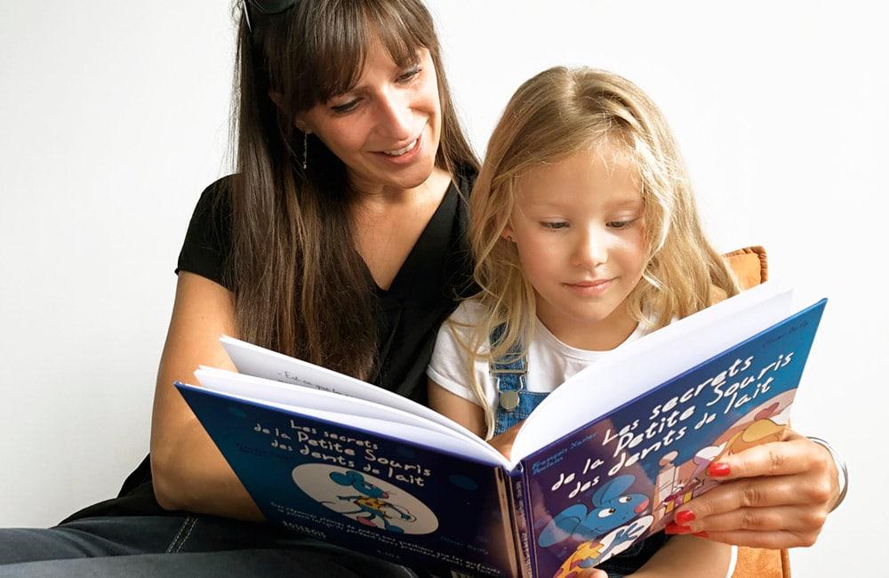 Maman qui lit un livre avec sa fille