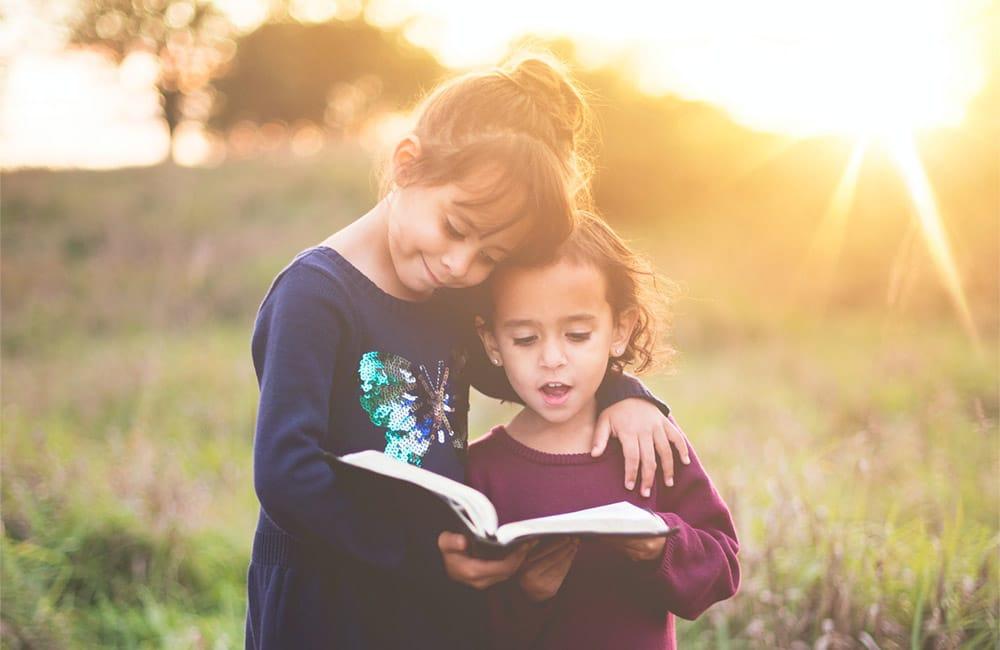 Enfant qui lisent dans la nature